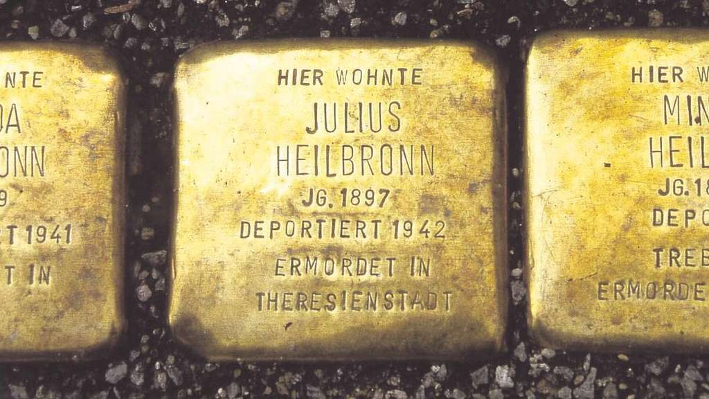 Von der Familie Heilbronn blieben nur drei Stolpersteine: Sie erinnern in der Homberger Webergasse an Julius Heilbronn, seine Schwester Frieda und seine Mutter Minna. Foto: privat