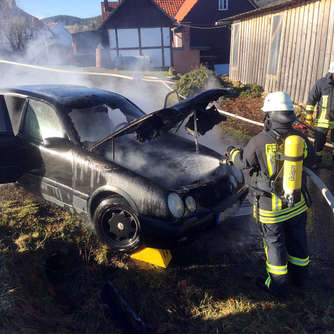 Video: Auto in Rhena ausgebrannt