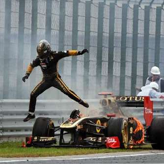 Button siegt - Heidfeld-Auto in Flammen