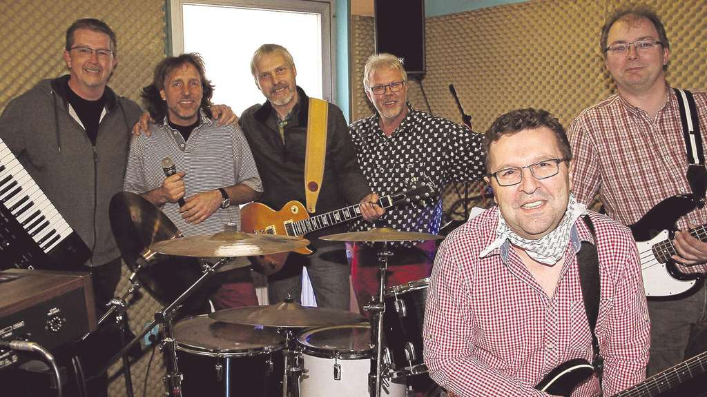 "In ihrem Probenraum: Die Frankenberger Rock-Classic-Band ""Box of Rocks"" mit (von links) Daniel Panzer, Kieran Schmidt, Ingo Cron, Harald Vogler, Norbert Ptaschnik und Hans-Dieter Oetzel. Foto: mjx"