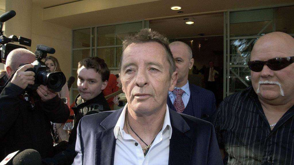 Foto: AC/DC-Schlagzeuger Phil Rudd vor dem New Zealand District Court in Tauranga.