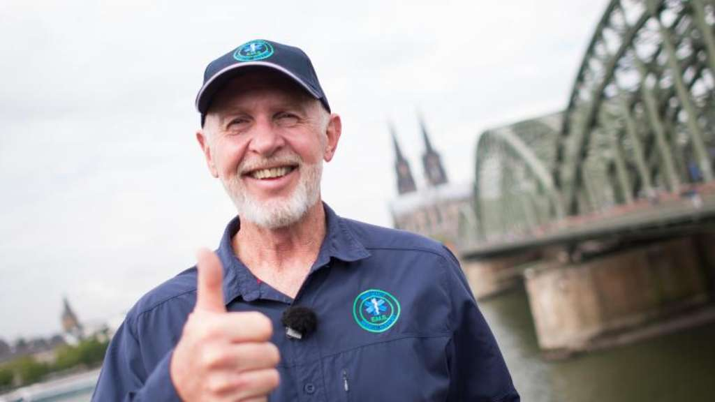 "Robert ""Bob"" McCarron alias Dr. Bob am Rheinufer in Köln. Foto: Marius Becker"