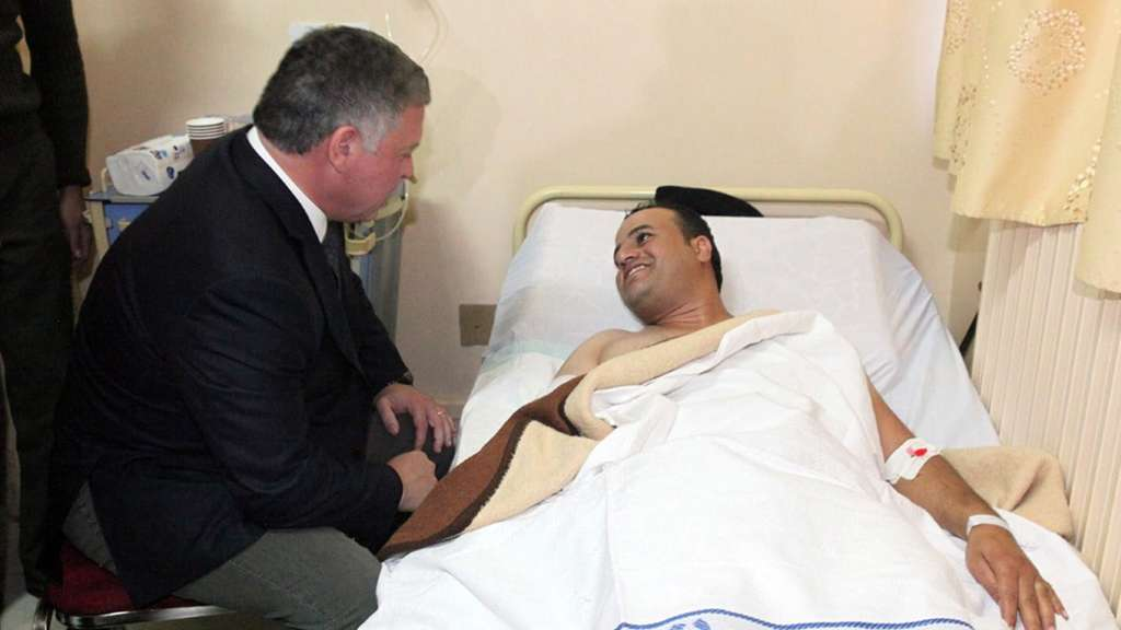 epa05018364 A handout picture made available by the Jordanian Royal Palace shows Jordan King Abdullah II, (L) visiting the injured victims of the shooting at the police training center in hospital in Amman Jordan 09 November 2015. A Jordanian policeman on 09 November 2015, shot and killed three foreign trainers, two from the US and one from South Africa, at a police training center east of the capital Amman, news reports state. The attacker was shot dead by Jordanian police. EPA/YOUSEF ALLAN / ROYAL PALACE / HANDOUT HANDOUT EDITORIAL USE ONLY/NO SALES +++(c) dpa - Bildfunk+++