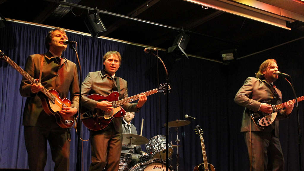 "Spielten in stilechten Outfits: Die Band ""The Beatles Connection"" spielte in der Aula der Elisabeth-Selbert-Schule. Fotos:  zhf"