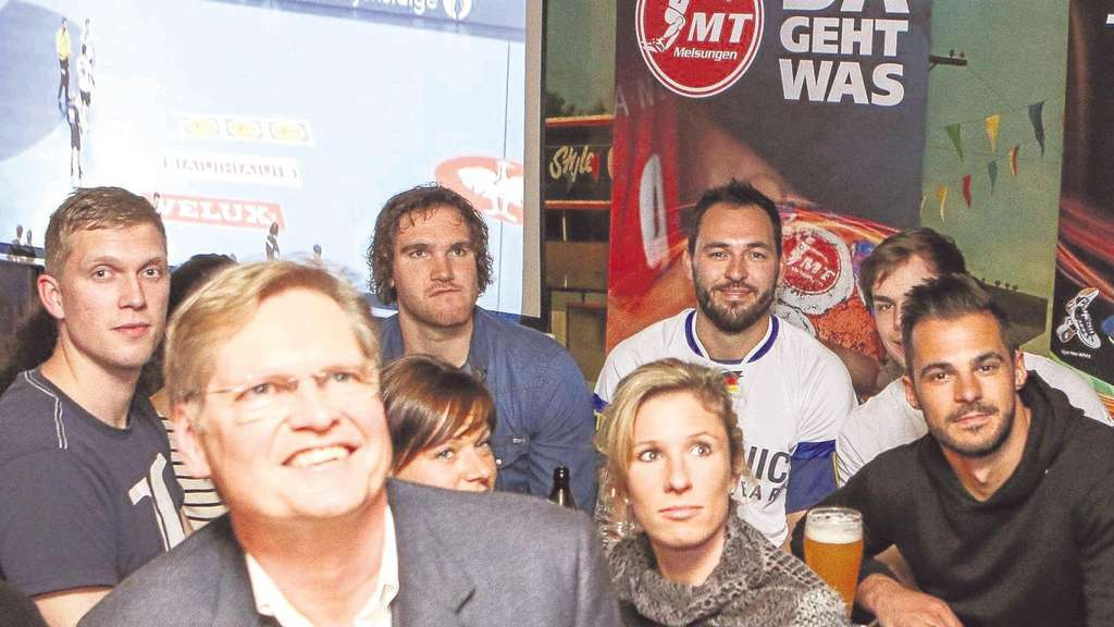 MT-Tross in Joe's Garage: Torwart René Villadsen (von links), Teamarzt Dr. Gerd Rauch, Physiotherapeutin Jenny Bajerke, Timm Schneider, MT-Fan Kathrin Walmanns, Kapitän Michael Müller, Nachwuchs-Keeper Maurice Paske und Michael Allendorf. Foto: Hedler