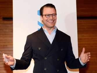 epa05191572 Sweden's Prince Daniel smiles as he speaks to the media during a news conference at the Karolinsaka hospital in Stockholm, Sweden, 02 March 2016, to announce that his wife, Crown Princess Victoria of Sweden gave birth to a baby boy, the royal couple's second child. EPA/HENRIK MONTGOMERY / TT SWEDEN OUT +++(c) dpa - Bildfunk+++