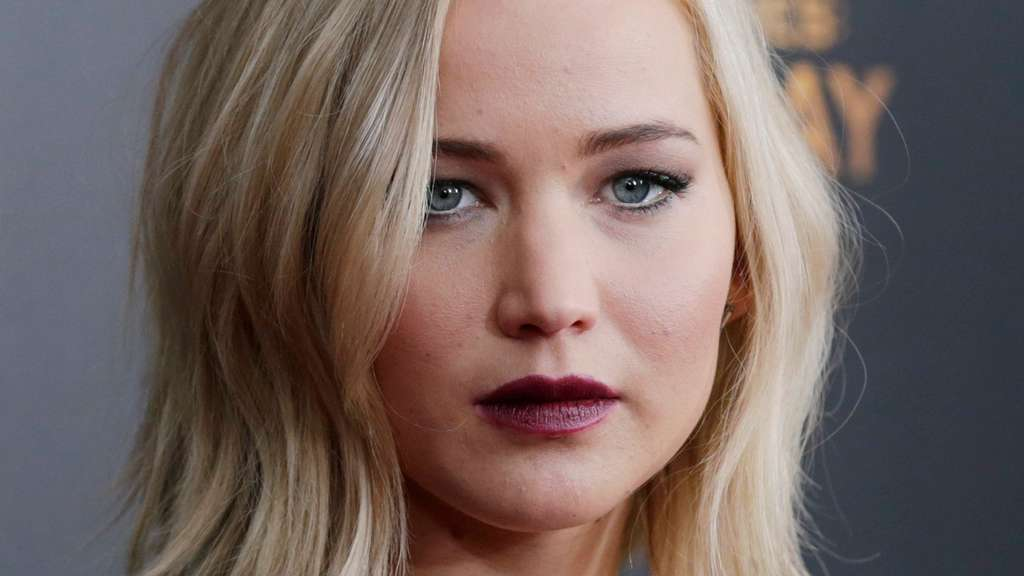 "ARCHIV - epa05031964 US actress and cast member Jennifer Lawrence attends a special New York screening of Hunger Games Mockingjay- Part 2 in New York, New York, USA, 18 November 2015. Photo: EPA/PETER FOLEY (zu dpa ""DiCaprio mit ""The Revenant"" im Goldrausch - Oscars weiter spannend"" vom 22.02.2016) +++(c) dpa - Bildfunk+++"