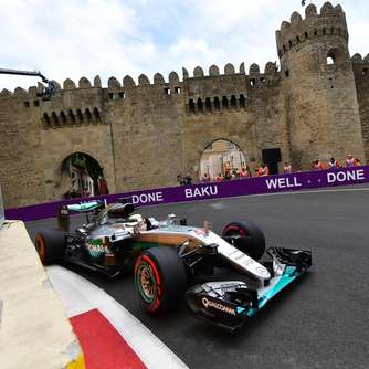 Hamilton dominiert Trainingseinheiten in Baku