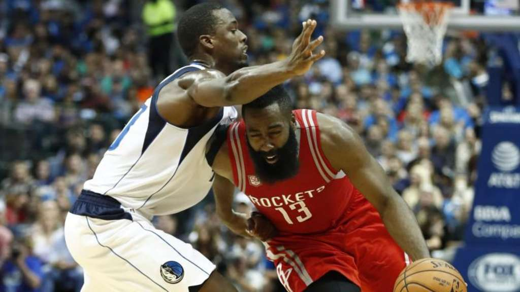 Rockets-Starspieler James Harden (r) entschied das Texas-Derby für Houston. Foto: Larry W. Smith