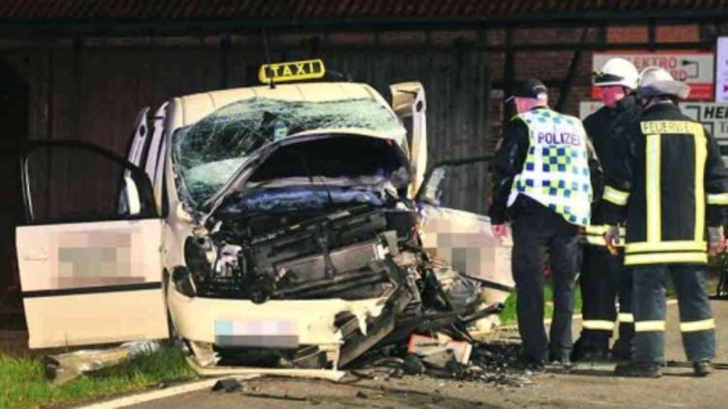 taxifahrer stirbt bei frontalzusammensto bei wetterburg acht m nner schwer verletzt bad arolsen. Black Bedroom Furniture Sets. Home Design Ideas