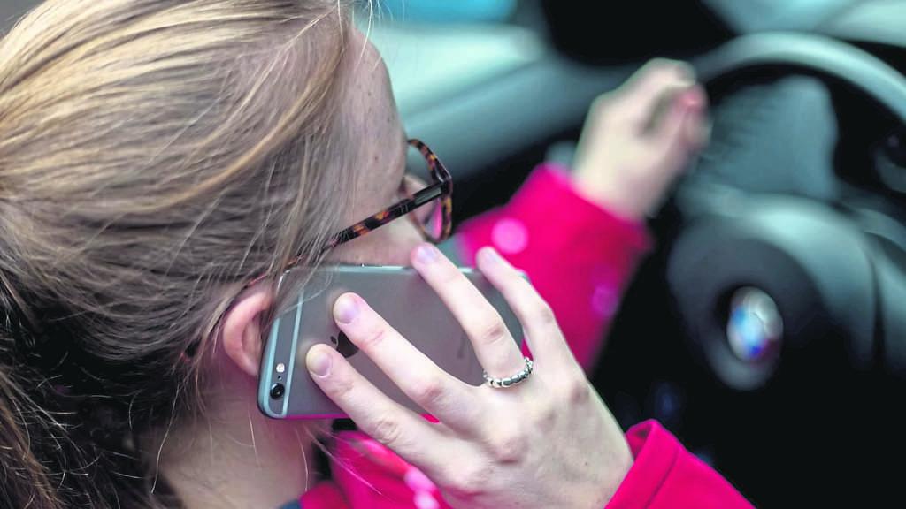 Handy beim Autofahren: Die Hände gehören ans Steuer | Hessen
