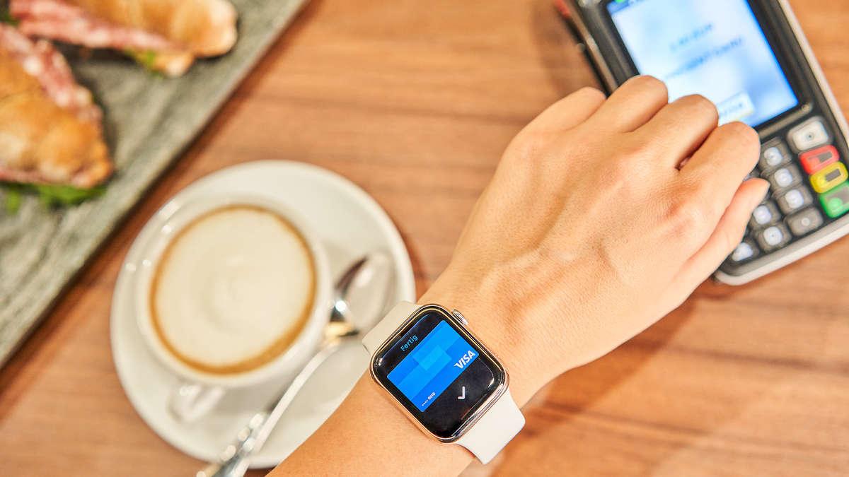 apple pay in deutschland bezahlen mit iphones apple watches ipads m glich wirtschaft. Black Bedroom Furniture Sets. Home Design Ideas