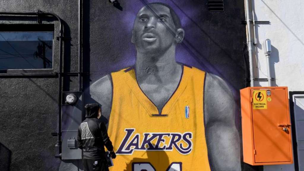 Mister Alek, ein Grafitti-Künstler, sprayt in Long Beach in L.A. ein Bild des gestorbenen Basketball-Stars Kobe Bryant auf eine Wand. Foto: Brittany Murray/Orange County Register via ZUMA/dpa