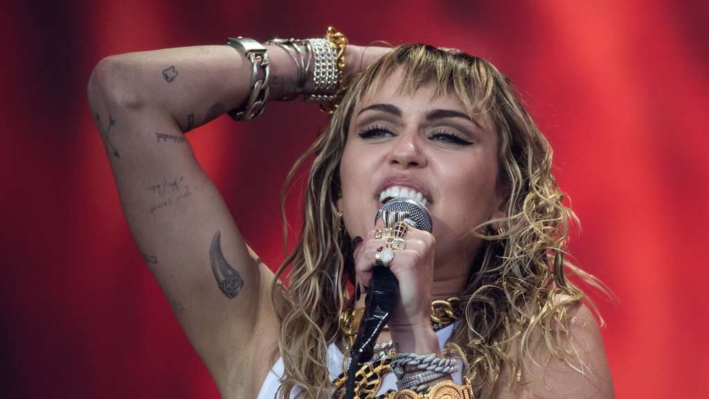 "US-Sängerin Miley Cyrus 2019 auf dem ""Glastonbury Festival of Music and Performing Arts""."